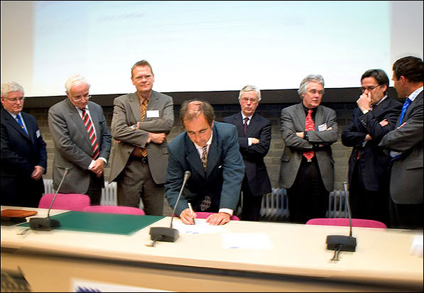 photo (59KB) : Dutch academic VIPs queueing to sign the Berlin Declaration. From left: Tony Hey (UK), Bert Speelman (Wageningen University), Wim Liebrand (SURF), Frits van Oostrom (Royal Academy), Joris van Bergen (Leiden University), Bas Savenije (Utrecht University), Sijbolt Noorda (University of Amsterdam), Peter Nijkamp (NWO)