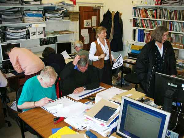 photo (28KB) : Figure 3 : Volunteers in the CLHS at Kingston University