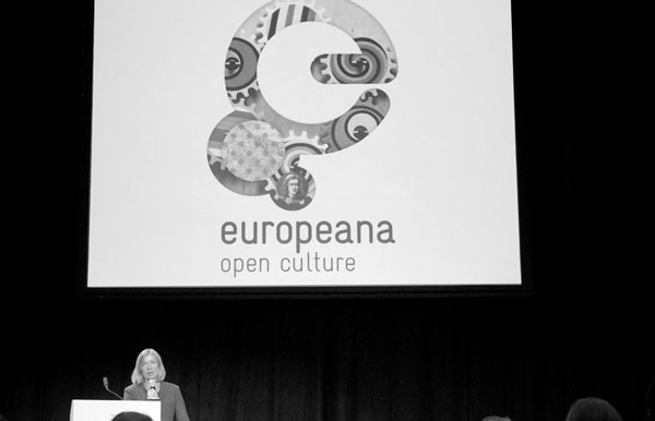 photo (23KB) : Elisabeth Niggemann, Chair of the Europeana Foundation, welcomes the delegates.