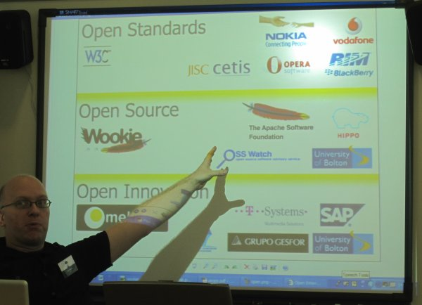 photo (37KB) : Open Source is one solution towards open innovation according to Scott Wilson, photo: Tore Hoel